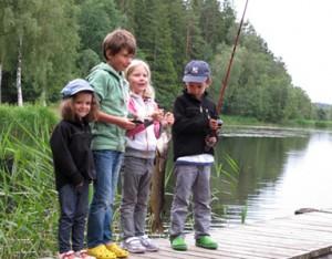 Barn som fiskar på Grimstorps Herrgård